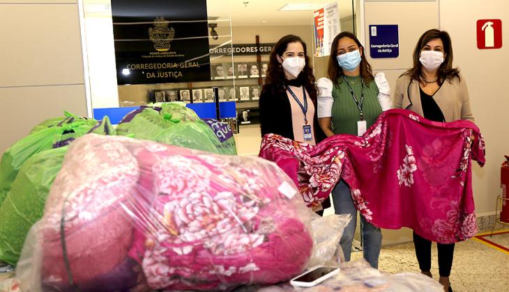 Corregedoria doa 325 cobertores para campanha do TJGO