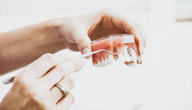 Dentista é condenado a pagar danos morais a paciente que ficou sem prótese